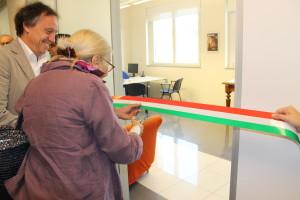 Il Sindaco Arrara e la signora Salvini Porro inaugurano la stanza del Pronto Alzheimer di Abbiategrasso.